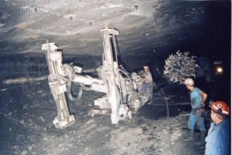 Boulonnage mécanisé devant la machine de creusement